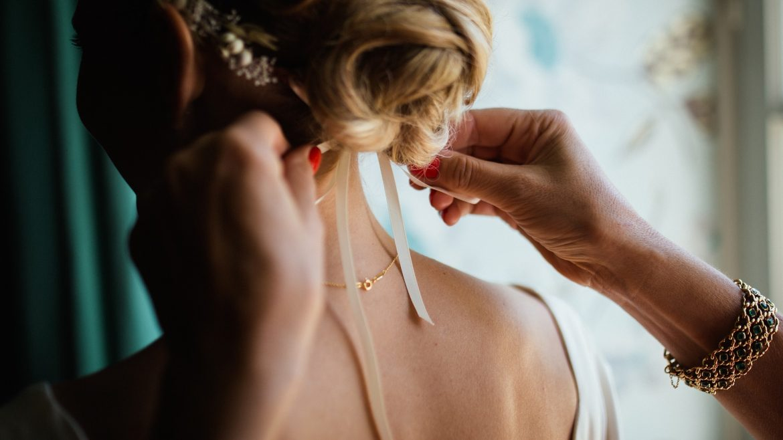 quale acconciatura abbinare all'abito da sposa